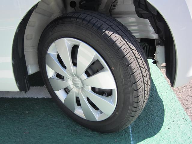 車のデザインに合ったフルホイールキャップ。タイヤ溝もバッチリです
