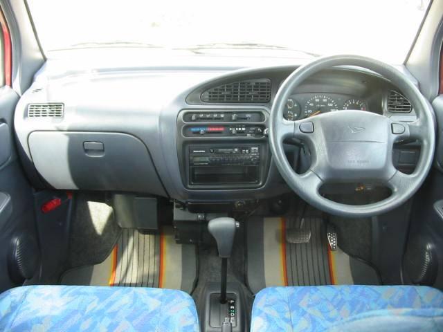 綺麗な内装で広い室内!女性の方でも使い易い親切設計の運転席!!