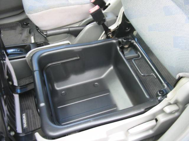 なんと助手席シート下に取り外し可能な収納BOXが凄く便利です!
