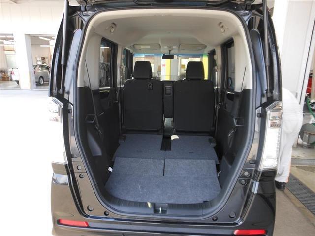 リヤシートを倒せば広いスペースが確保でき大きい荷物や長い物も積めます。