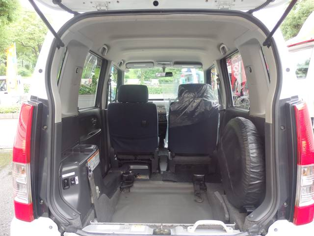 3人乗りですので広々とした乗車スペースです!!様々な車いすにも対応しております!!乗り入れ開口部の詳細は幅:80cm 高さ:138cmとなります!!
