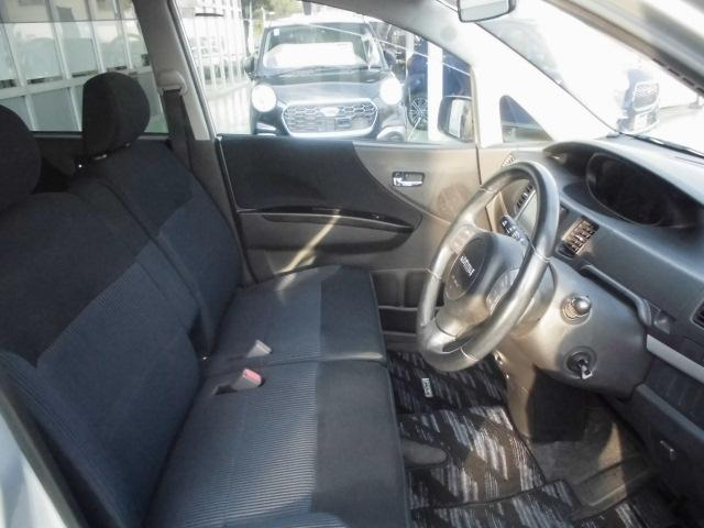 広びろとした運転席廻りです!インパネセンターシフトとベンチシートの組み合わせで足元も広びろですよ!アームレストも標準装備です。