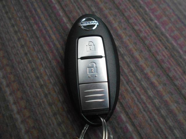 手元にあるだけで、ドアの開錠・施錠、ボタンを押すだけでエンジンの始動・停止が出来るので、とても便利なインテリジェントキー付きです♪