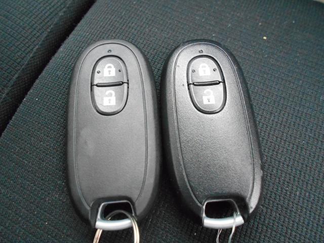 手元にあるだけで、ドアの開錠・施錠、ボタンを押すだけでエンジンの始動・停止が出来るので、とても便利なスマートキー付きです♪