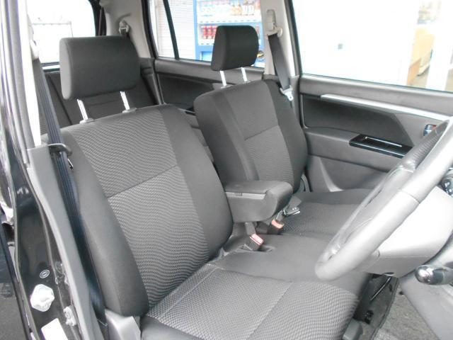フロントシートにはセンターアームレスト付きで、ゆったりと座って運転することが出来ます。
