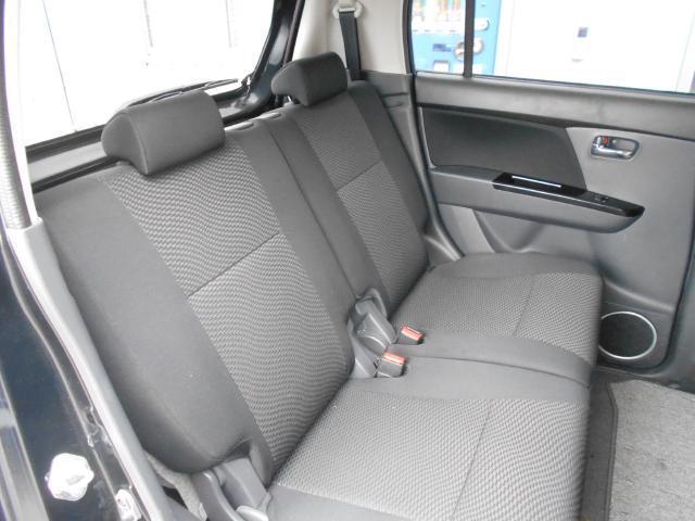 リヤシートのニールームは広くゆったり座れるのでロングドライブでも疲れません。