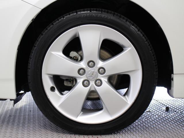 純正アルミホイールは精度が高く、走行の安定性が優れています。タイヤサイズは215/45R17です。