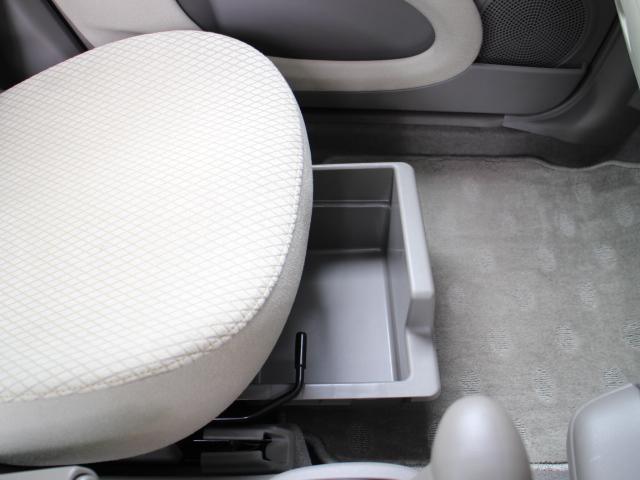 ちょっとした小物を収納するのに便利な助手席シートアンダートレイが備えられています。