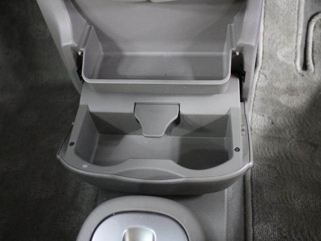 手に取りやすい位置に小物入れやカップホルダーを装備しています。