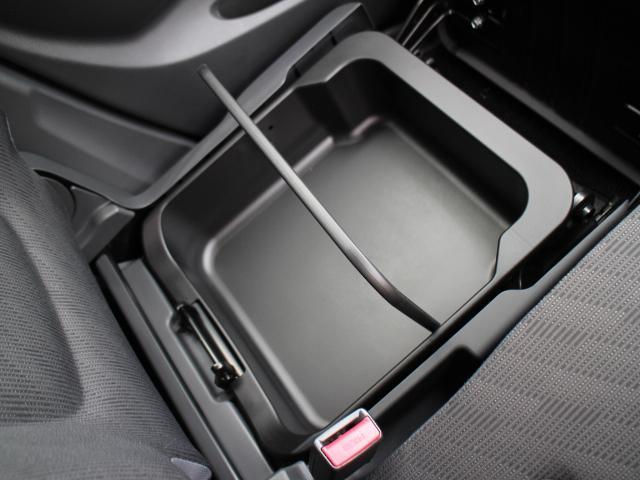 便利な助手席シートアンダーボックスが装備されています。