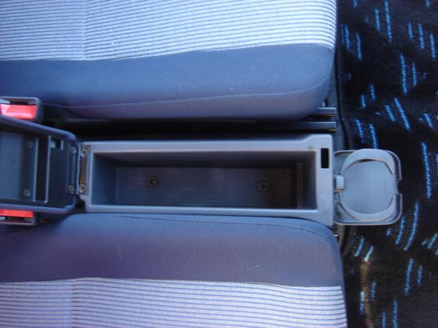 フロントシートの間には小物入れも御座います。