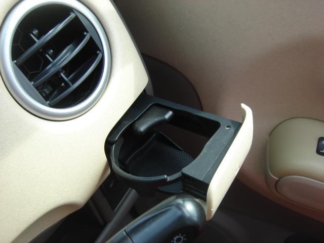 運転席側にドリンクホルダーも装備されております。