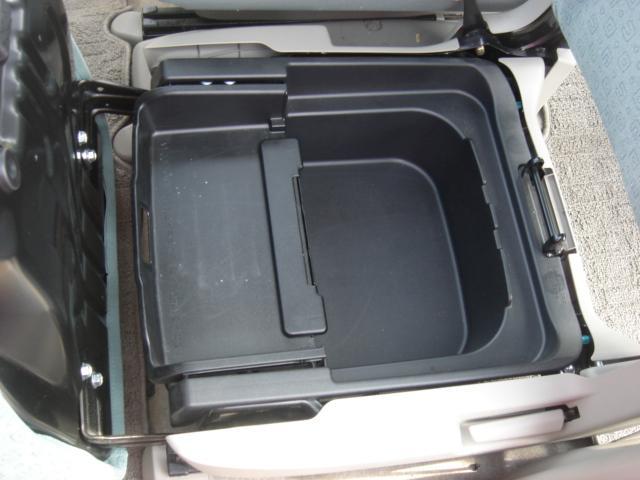 助手席シート下には大型収納BOXも御座います。