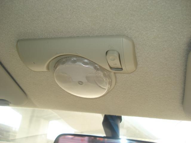 使う人の事を考えられて取り付けられてるルームランプ!運転席、助手席側へとライトの向きが変更できます!