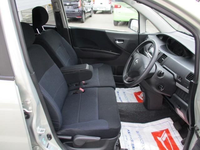 足元広々でベンチシート装備のゆったり空間です。ゆったりと座ってドライブを楽しんで下さい。