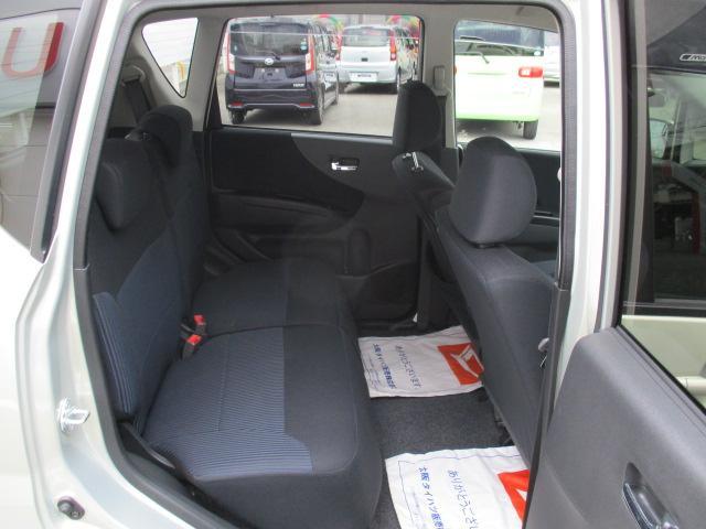 軽自動車のリヤ席ですが、足元が広々としてゆったりと座って頂けます!