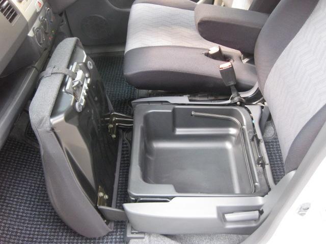 助手席の座面を開けると収納BOXがあります☆