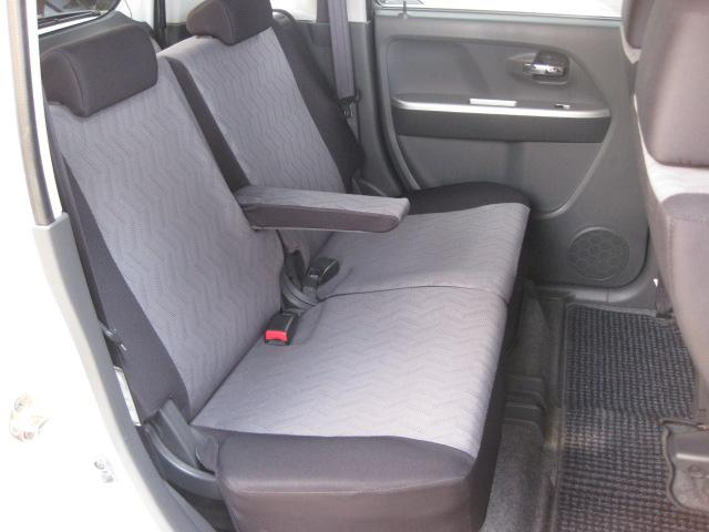 リクライニングも出来るリアシート☆アームレスト装備で長距離ドライブもラクラク快適です!