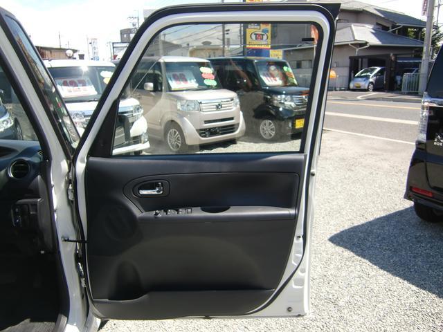 車内各所に嬉しいドリンクホルダーや収納スペースが沢山装備されています♪