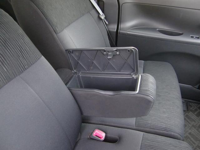 嬉しいドリンクホルダーや収納スペースが車内各所に装備されております♪