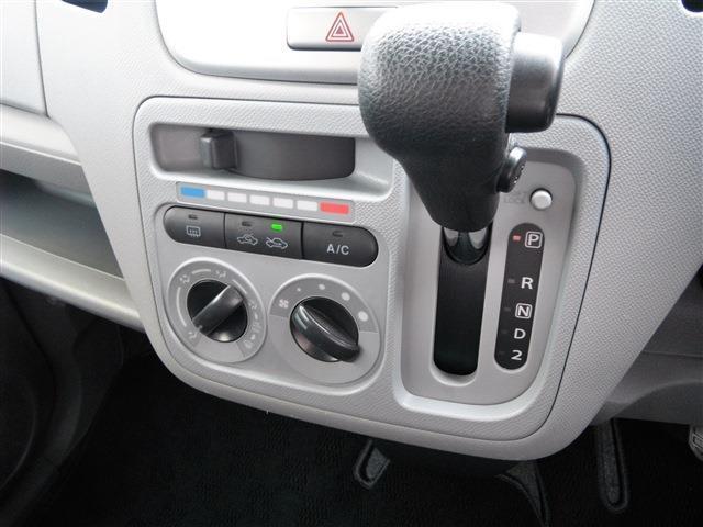 空調パネル横にシフトレバーを配置。