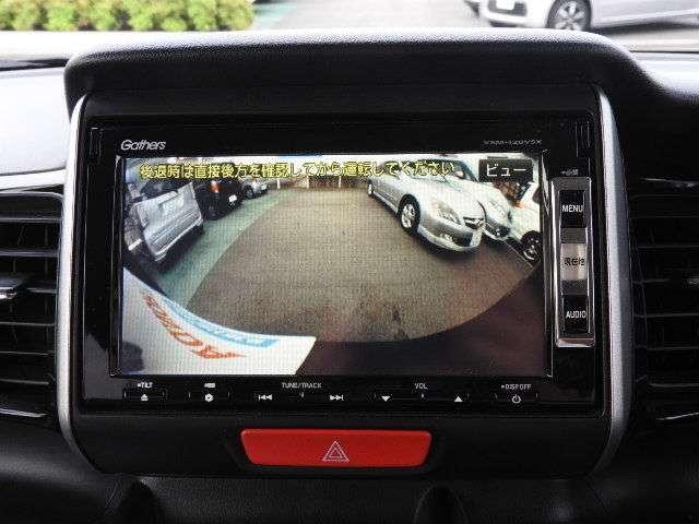 バックカメラ装備しています。バックギアに入れると、自動でナビ画面にカメラの映像が映ります。運転が苦手な方も安心です。