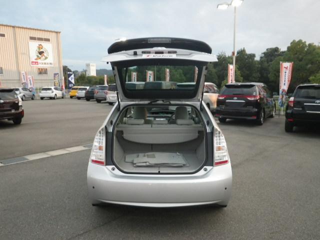 お荷物が多い時には後席を倒してスペースをさらに広げれるから、大きなお荷物があるときも大助かりです。