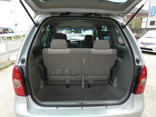 サードシートは不要時は床下に収納できます。通常は大きな収納スペース!便利です。