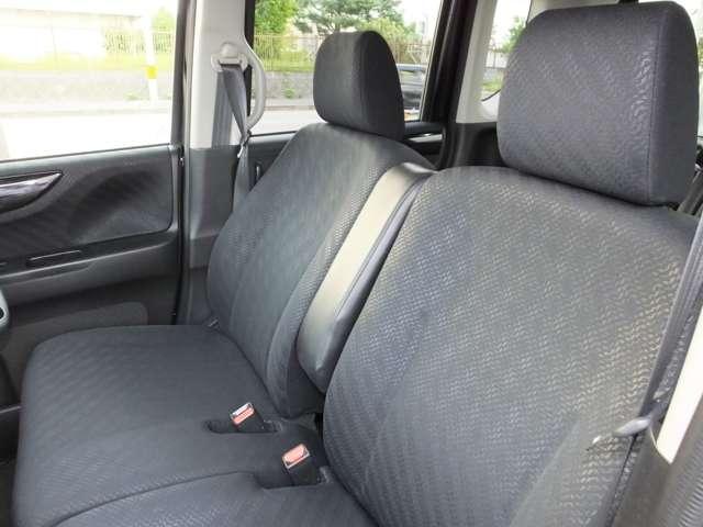 フロントシートです。ドライバーズシートということで運転中のストレスを軽減するためホールド性能を持たせたデザインです☆