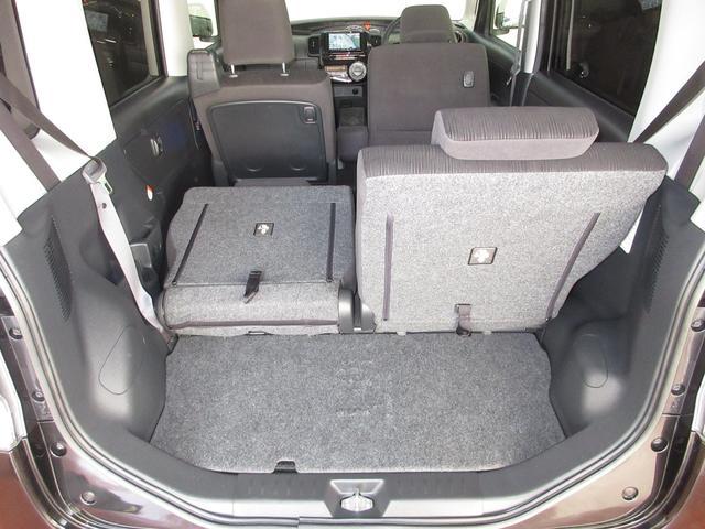 シートは分割して倒すことができますので、後席に乗って、なおかつ長い荷物も積めるんです♪
