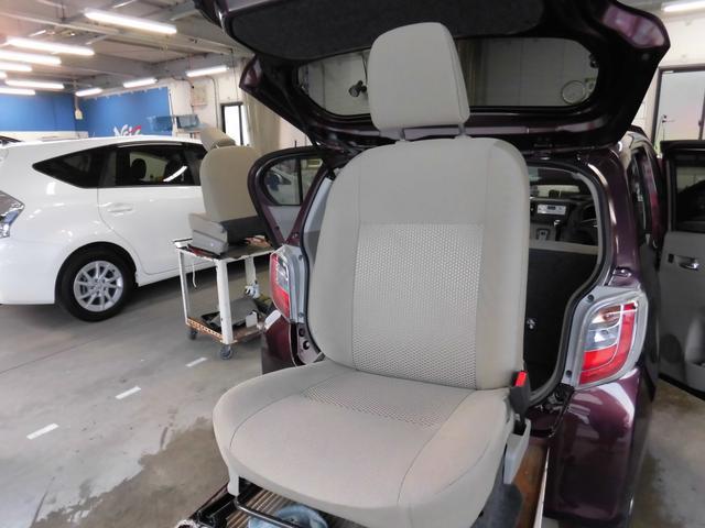 この車輌の清掃風景です!!シートを取り外して徹底洗浄!!細かなほこりやしみついた汗など、前使用者の痕跡を除去します