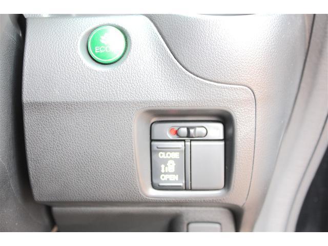 左側電動スライドドア!!こちらのボタンで左リアドアの自動開閉できます♪