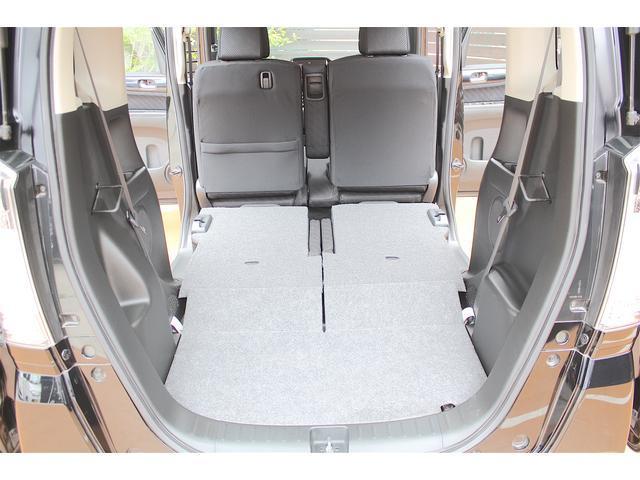 後部座席を倒せばフルフラットに!!大きい荷物も積めるので、とても便利です♪