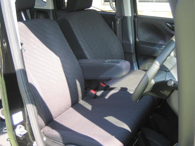 運転席はシートアジャスター付です☆