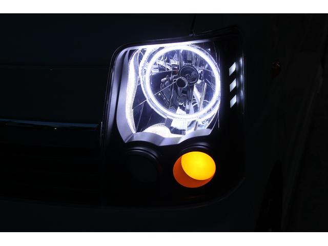 目力のあるヘッドライトに加工しました。インナーをブラックに塗装しLEDイカリングを取付!!ウィンカー部分はアクリルを埋め込みしています。