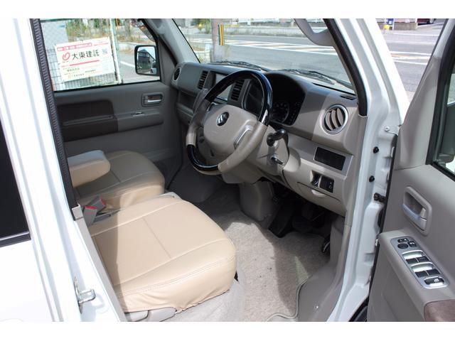 内装はシンプルにシートカバー、ガングリップハンドル、パイオニアHDDナビが装着されています。