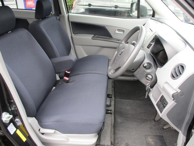 ベンチシート&アームレストで広々と運転ができ、助手席の方とも会話が弾みますよ