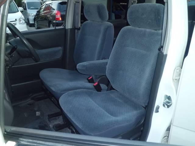 フロントシートにはアームレストも付いています。
