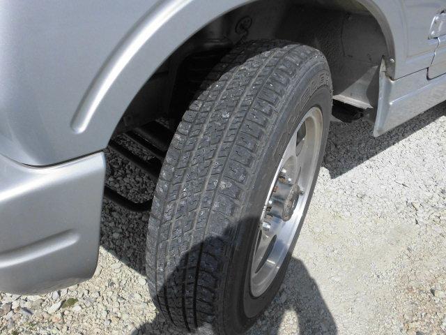タイヤの山もまだ残っています。お客様が気になられる様でしたら、勿論新品タイヤでの納車等も可能ですのでなんなりとご要望下さい。