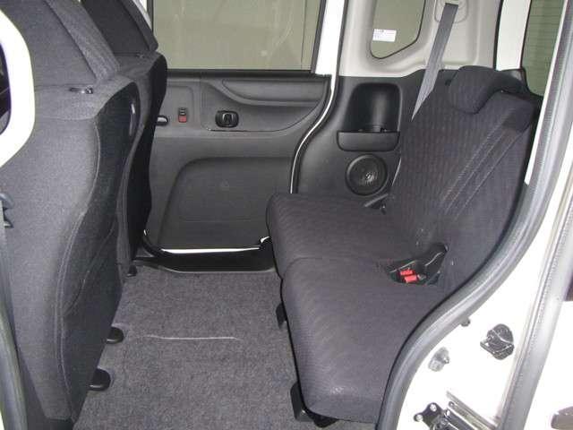 後席も足元広々。  膝まわりや足元、頭上までゆとりたっぷりで、全身で広さを実感できます。