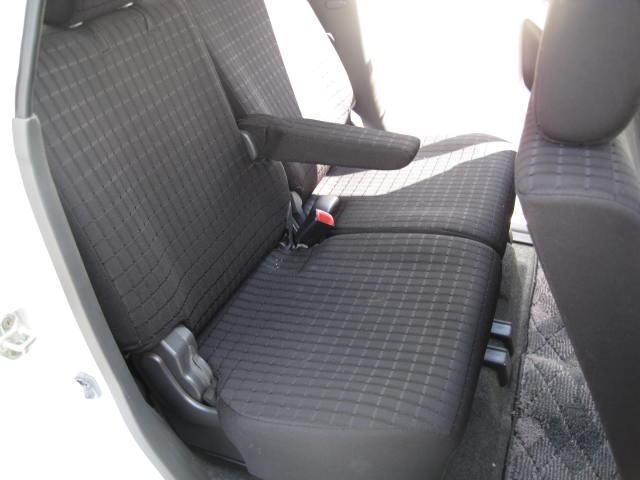 リヤーシートにも肘掛けが付いています。