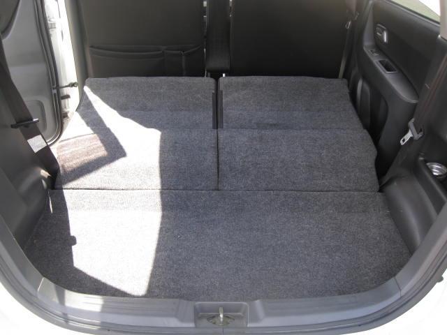 大きな荷物を積む時は後部座席は前に倒しスペースを広くすることも可能です。