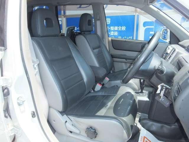 運転席です!肘掛付きシートはゆったり座ることができリラックスして運転出来ます!