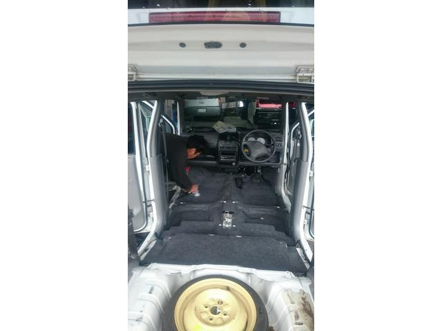 当店は納車後気持ちよくお乗りいただく為に、全車シートを取り外して特殊用具を用いて、徹底的にほこりや」ごみを取り除きクリーニングを実施しています。