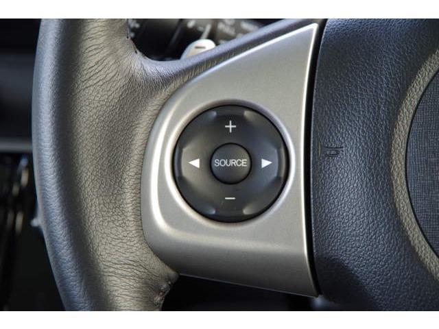 ハンドルにオーディオリモコンスイッチが装備されてます。視点をそらすことなく、ボリューム調整・モード切替・放送局・曲飛ばしが出来ます。安全運転しながら操作が可能になりました。