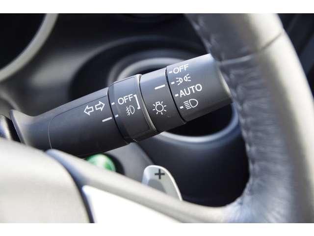オートライトコントロールはトンネルや夕暮れ時期になると自動的にライトが点灯してくれる便利な機能です。ヘッドライトの消し忘れもなくなります。