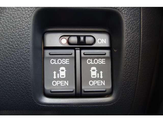 両側パワースライドドアが装備されています。挟み込み防止装置により、お子さまの乗り降りも安心です。車外・車内のドアハンドルからはもちろん、運転席スイッチやリモコンキーからも開閉操作が可能で便利です。