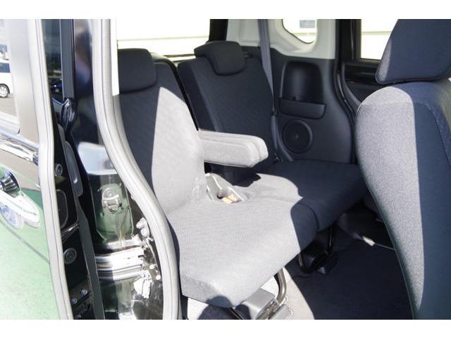 後部座席の広さがN−BOXの魅力のひとつ。大人が足を組んでもすわれるようになっています。
