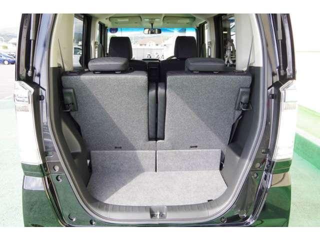 後部座席はワンタッチで倒すことが可能な分割シートです。操作簡単楽チンです。