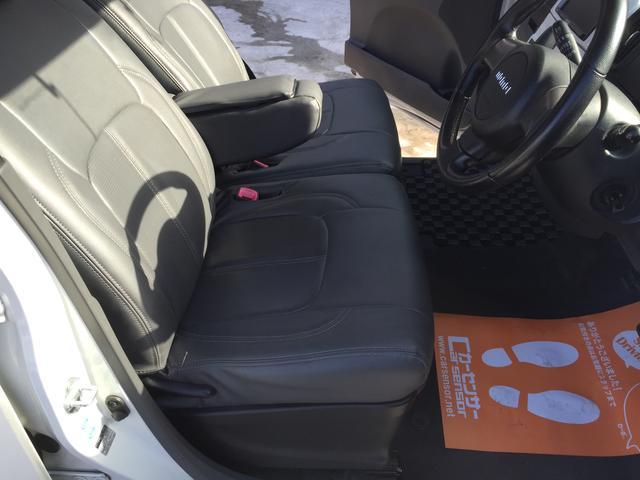 ベンチシートでゆったりドライブ♪アームレストでしっかり肘に休息をあたえて(笑)、尚且つ収納ボックス付ですので大変便利!
